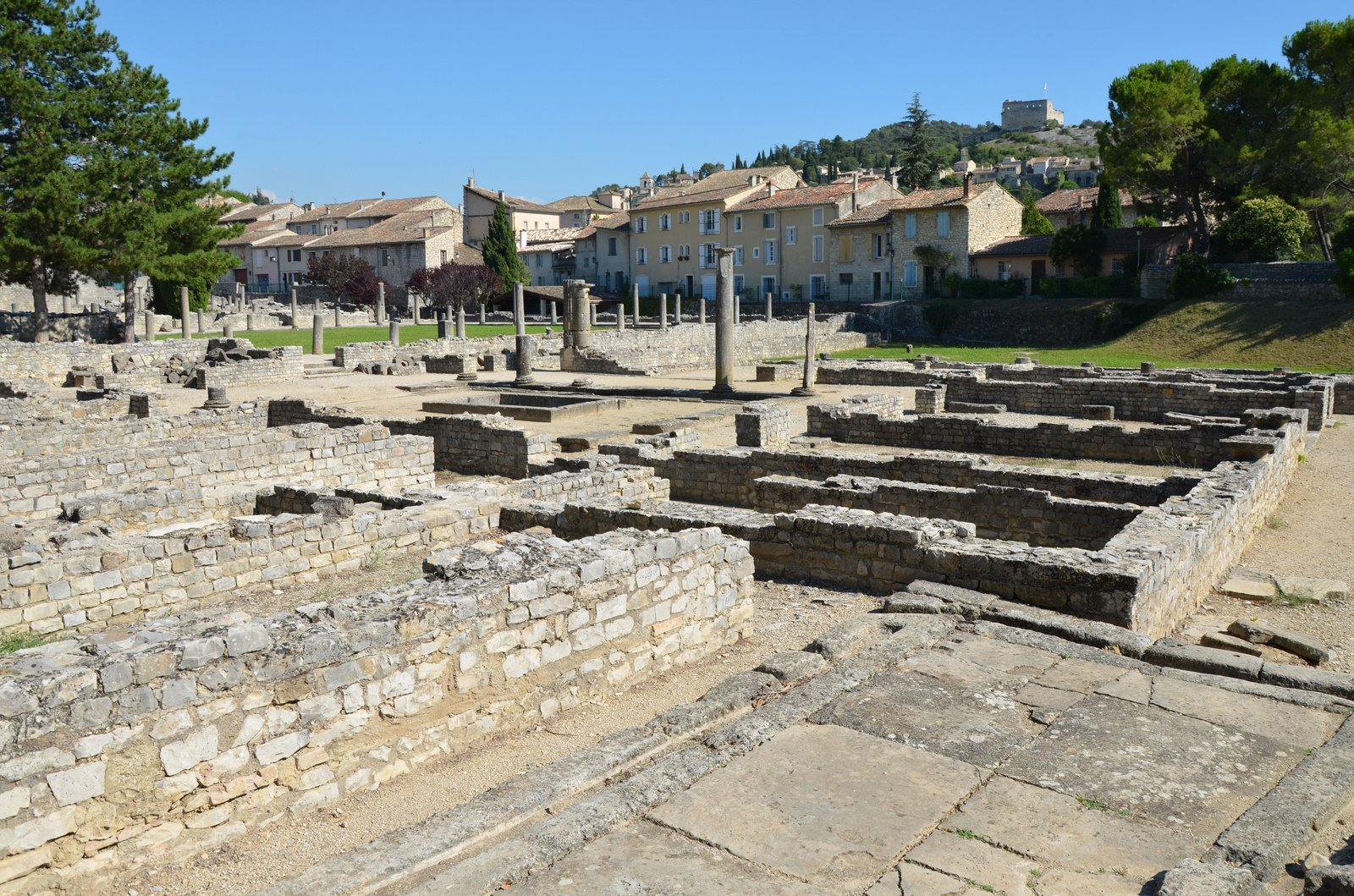 10 must see ancient sites in provence france. Black Bedroom Furniture Sets. Home Design Ideas