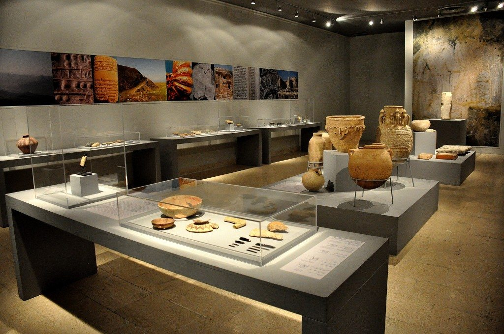 This museum's hall was reconstructed by UNESCO and contains the museum's main artifacts. The large wall poster on the background is a close-up picture of Darbandi Bilula's mountainous rock relief, which lies near the Iraq-Iran border. It dates back to the Akkadian period. One of the cases displays a hand axe and a stone tool which date back to the Paleolithic/Acheulean period, 100 000 BCE, the oldest man-made artifact in the museum's collection.