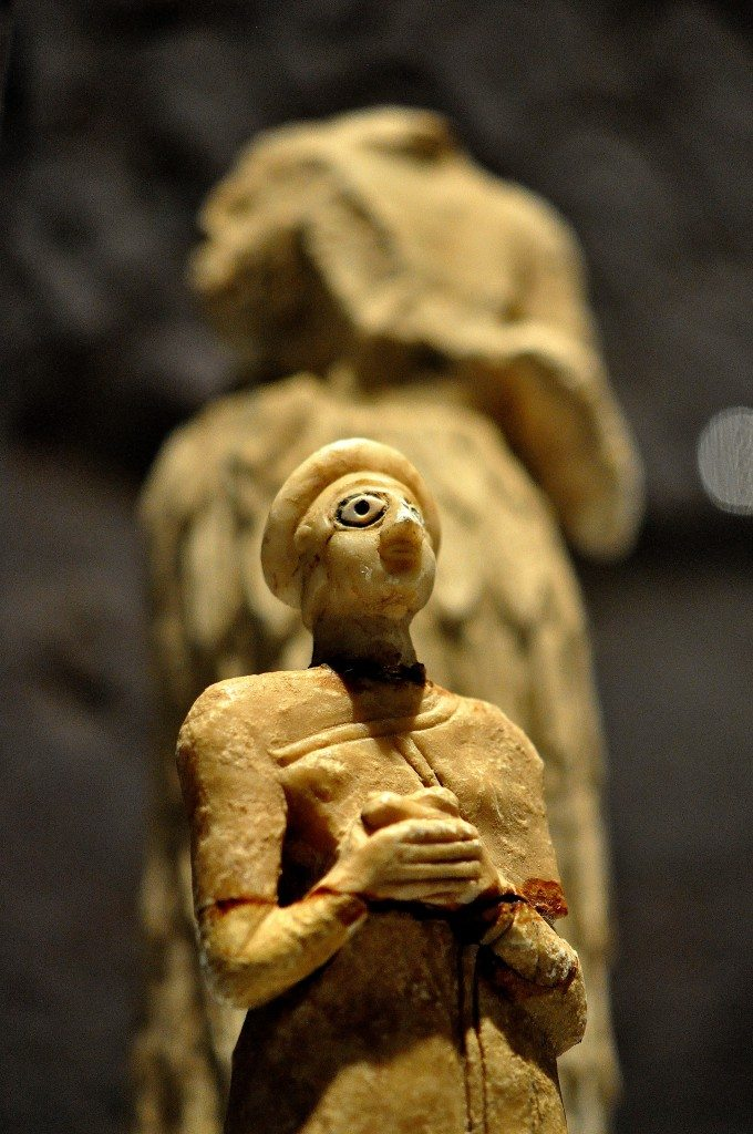 Two statuettes of Sumerian prayers/worshipers. From southern Mesopotamia, modern-day Iraq. Early dynastic period, 2800-2300 BCE. (The Sulaimaniya Museum, Iraq).
