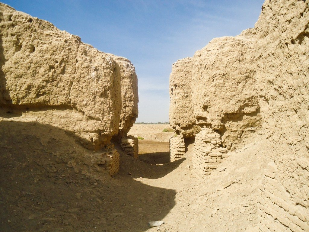 The gap between the 2 halves of the ziggurat ruins; a look from the inside.