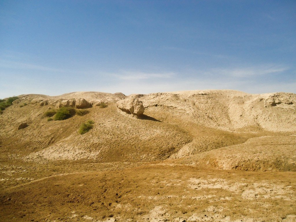 Mounds in front of the ziggurat ruins. Some small ruins of a building can still be seen there.