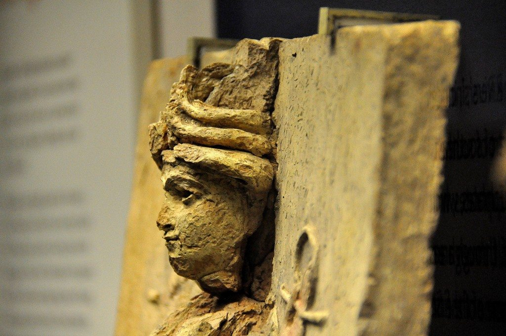 I included this close-up view of the female deity's head just to show you the broken and lost headdress and neck. Shooting in-profile, from the left side.