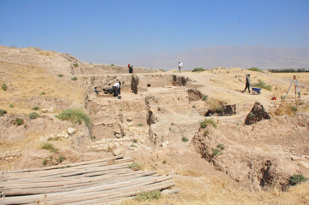 The excavation has uncovered several settlement layers. Note the foundation stones, which probably date back to the early Bronze Age.