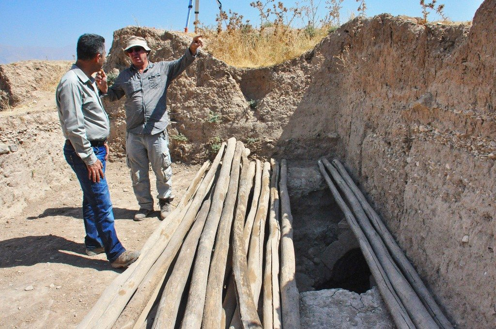 Professor Peter Miglus (head of the archeological team, on the right) tells Mr. Hashim Hama Abdullah (Director of the Sulaimaniya Museum) how their work has been progressing. The entrance of a well-equipped radial vaulted brick tomb can be seen. On the right, an ancient pebble floor (above the grave's level is obvious.