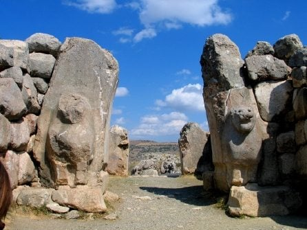 Lion Gate, Hattusa, near modern Boğazkale, Turkey. Hattusa was the capital of the Hittite Empire and was built c. 1343-1200 BC. (Original image by Magnus Manske. Uploaded by Karen Barrett-Wilt, published on 19 May 2014 under the following license: Creative Commons: Attribution-NonCommercial-ShareAlike.)