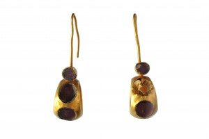 Earrings. Gold set with amethysts. MANN 109562. ©The Superintendence for the Archaeological Heritage of Naples (SAHN).