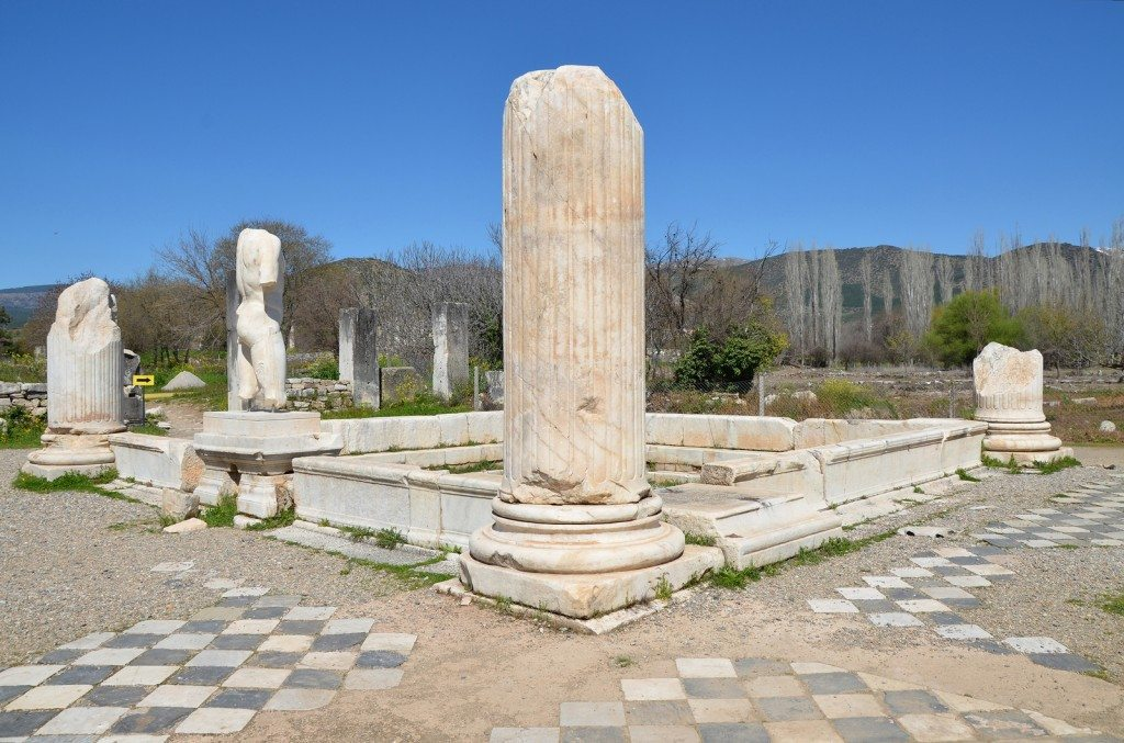 The pool of the tetrastyle court with columns at its corners and surrounding statues, Hadrianic Baths, the largest public bath building in Aphrodisias built in the early 2nd century AD and dedicated to Hadrian, Aphrodisias, Turkey