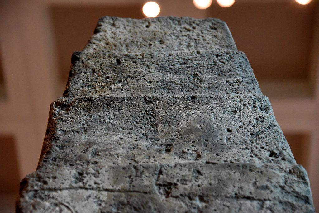 Top of side C. This upper end of the obelisk, similar to that of side B, lacks cuneiform texts. Detail of the White Obelisk of Ashurnasirpal I. Assyrian, probably about 1050 BCE. From Mesopotamia, Nineveh (modern-day Mosul Governorate, Iraq), between the palace of Sennacherib and the Ishtar temple. The British Museum, London. Photo © Osama S. M. Amin.