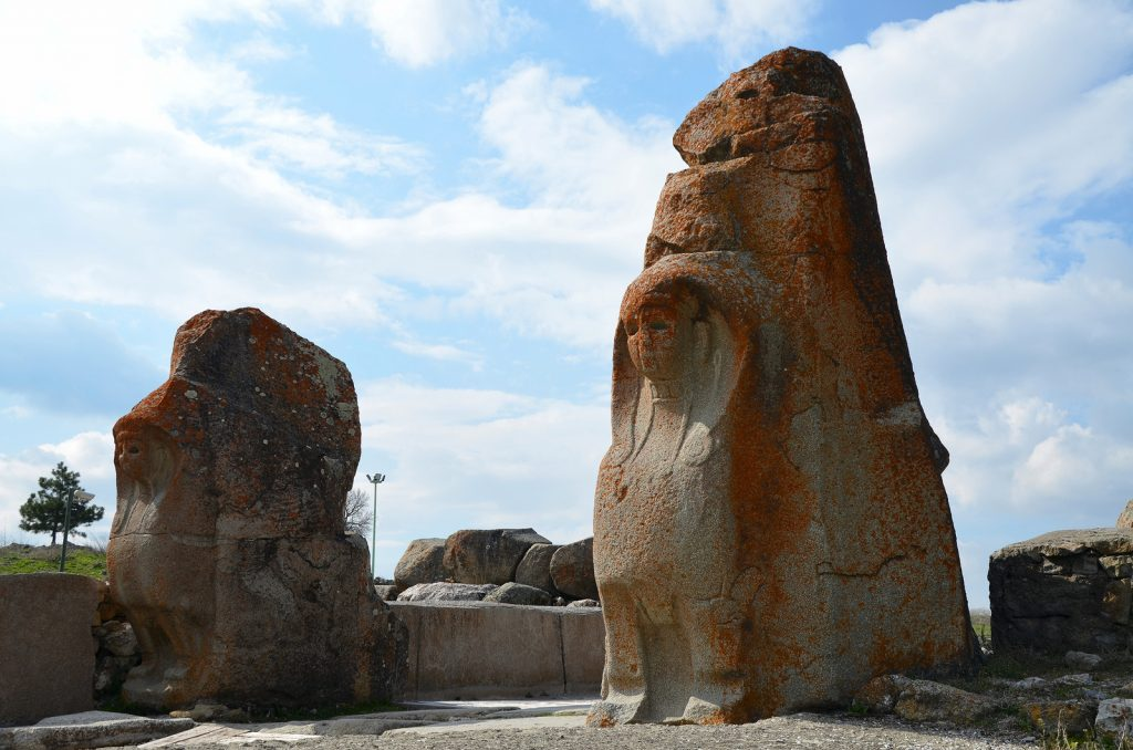 The Sphinx Gate, built in the 14th century BC, has a 10m width. The exterior faces of the large post blocks flanking the gate entrance were adorned with two-metre tall sphinx protomes. Hittite
